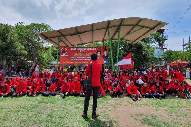 Adi Sutarwijono ajak kaum perempuan bergabung di PDIP Surabaya
