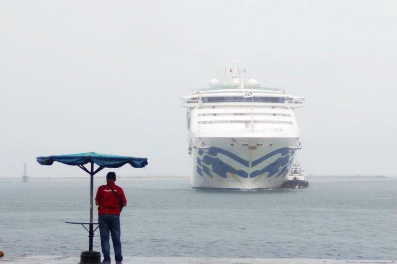 Sun Pincess kapal pesiar keempat sandar di Pelabuhan Makassar