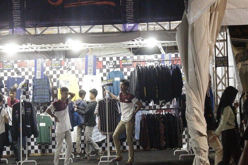 Masyarakat antusias kunjungi bazar pakaian akhir tahun JakCloth