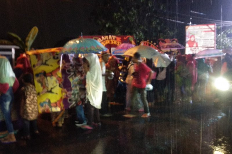 Sejumlah warga antusiasme hadiri peresmian jalan layang meski hujan mengguyur