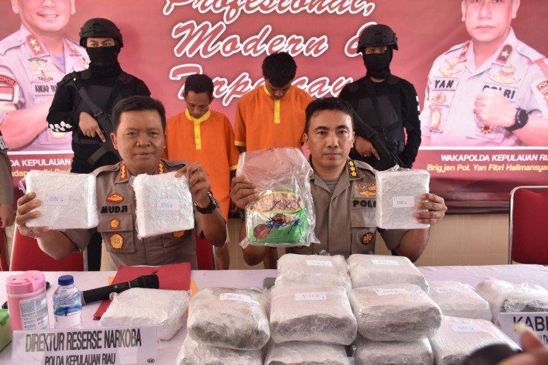 Polda Kepri tahan dua pemuda terkait 19 kilogram narkotika