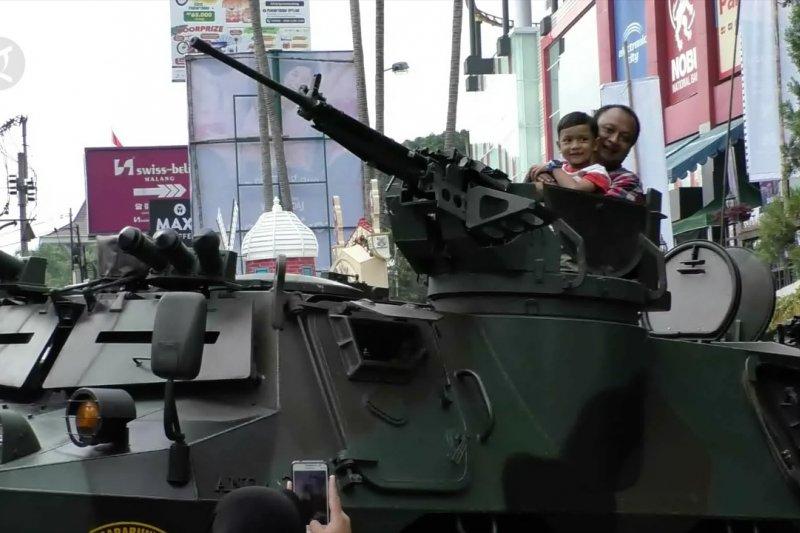 Saat warga Malang bisa berfoto dengan tank di depan mal