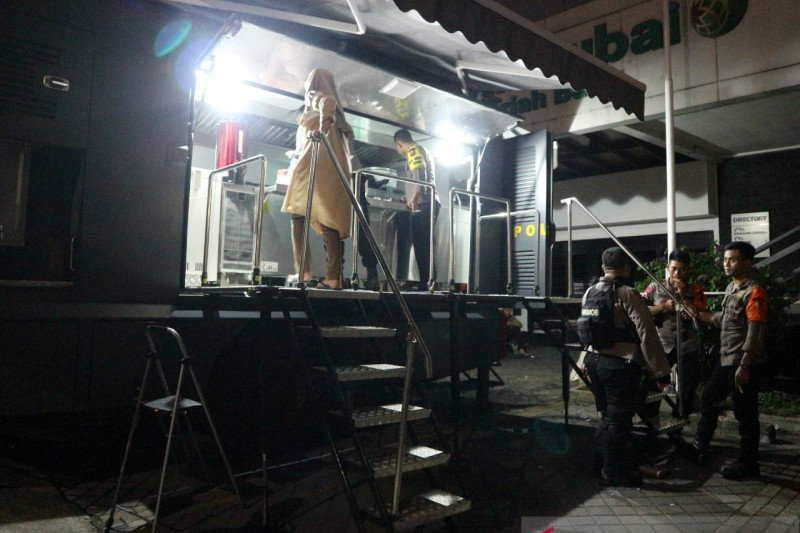 Pasukan Gegana turunkan mobil dapur umum bantu korban banjir Kemang
