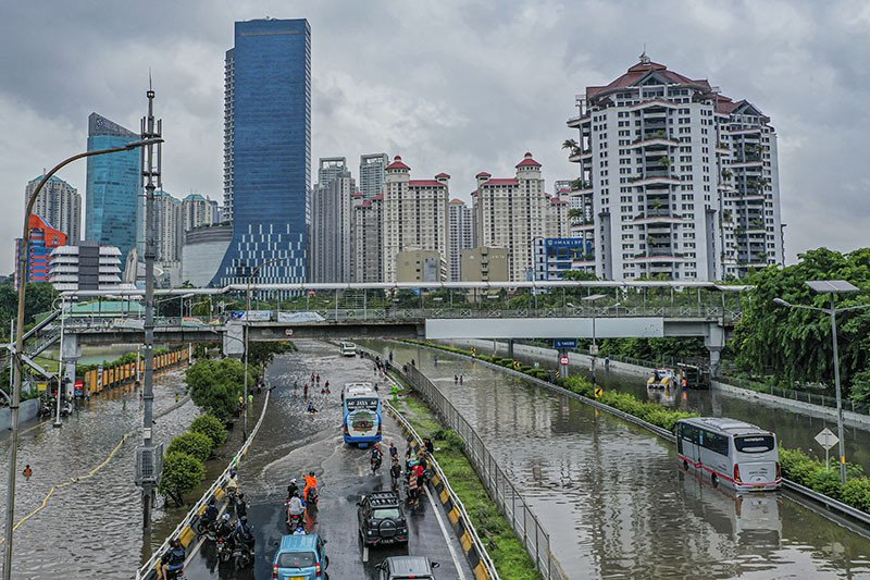 Kemarin, Jakarta banjir hingga tips berkendara saat banjir