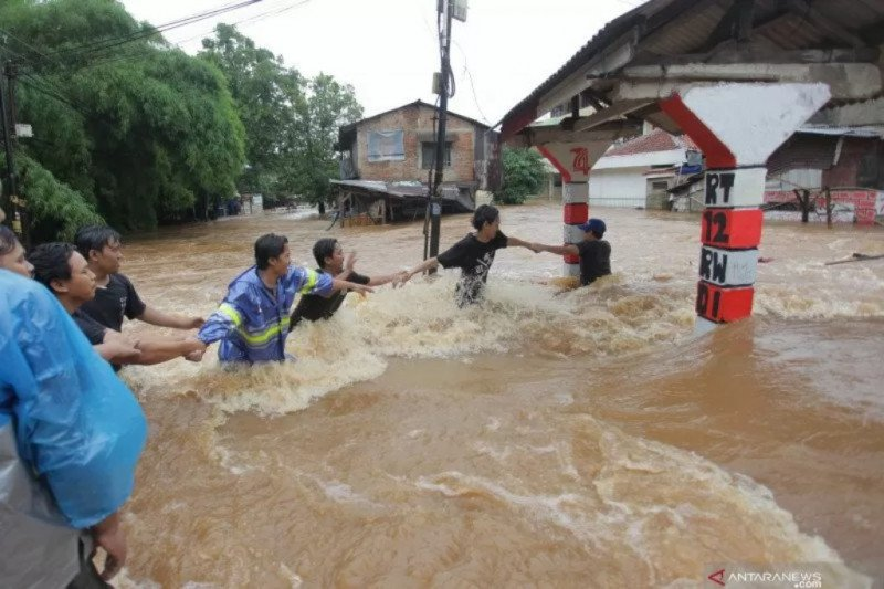 Sembilan korban meninggal akibat banjir dan tanah longsor