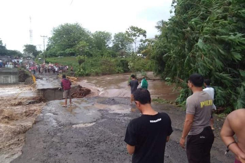Jembatan Tampes penghubung Bayan-Tanjung putus akibat banjir