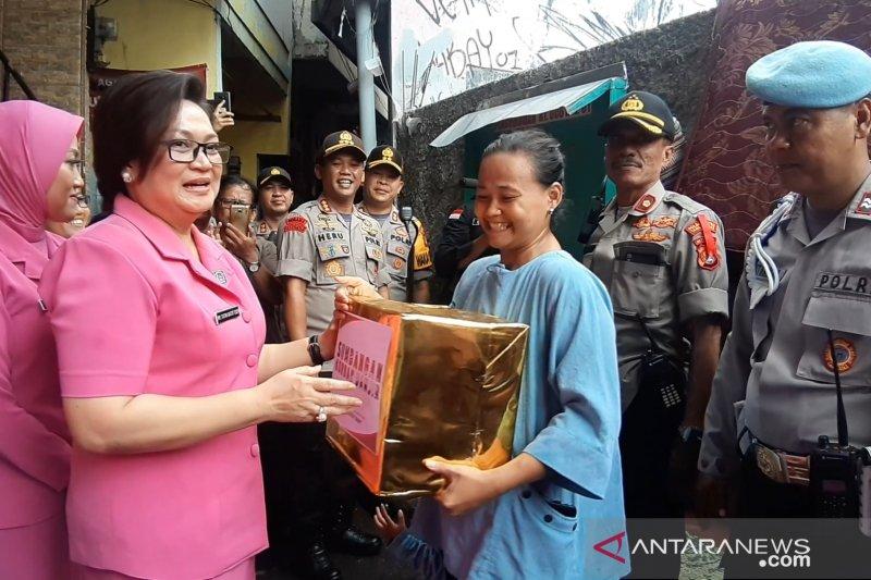 Polda Metro Jaya serahkan bantuan bagi pengungsi Bendungan Hilir