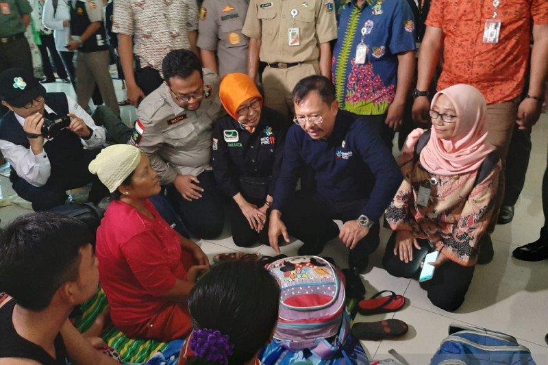 Air kecokelatan menjadi momok pengungsi banjir Jakarta