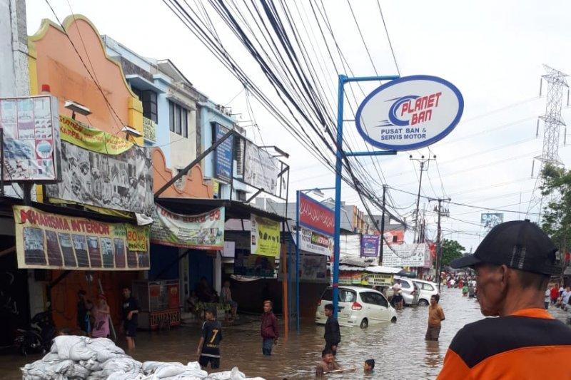 Tanggul darurat karung di Ciledug kurangi derasnya arus
