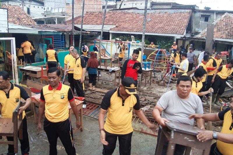 Polsek Kebayoran Baru bersihkan sisa banjir di SD Bhakti Luhur