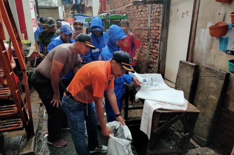 Warga Grogol Petamburan kerja bakti bereskan sampah  sisa banjir