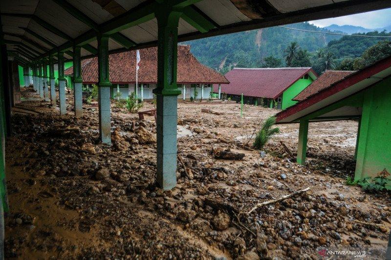 19 bangunan sekolah rusak berat akibat banjir di Lebak