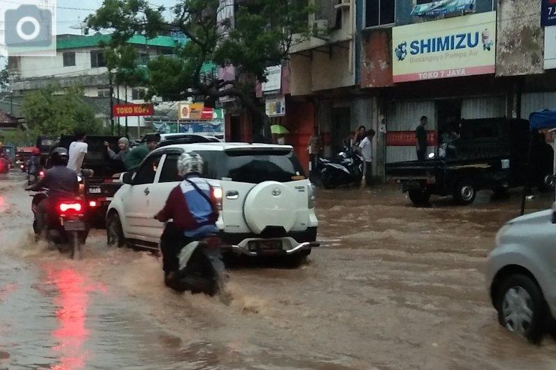Hujan lebat guyur Bandarlampung akibatkan banjir