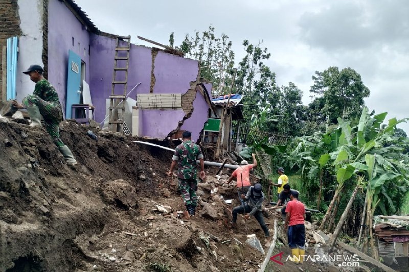 Tanah longsor rusak rumah warga di kota Tasikmalaya