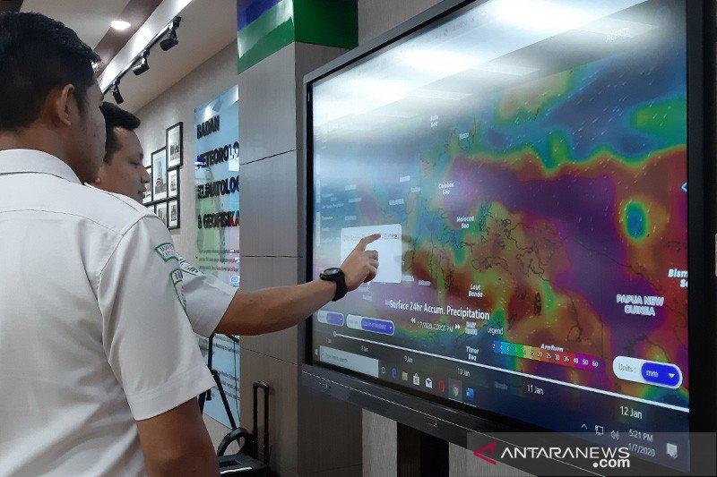 Jakarta diperkirakan diguyur hujan disertai petir pada Senin siang