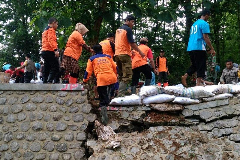 Tanggul-tanggul sungai yang jebol di Jateng ditutup BPBD