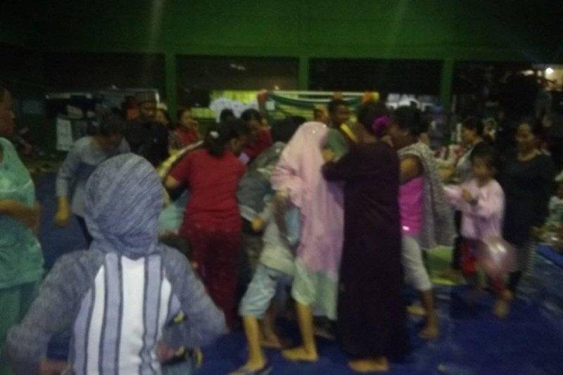 Warga pengungsi korban banjir di Lebak rebutan bantal