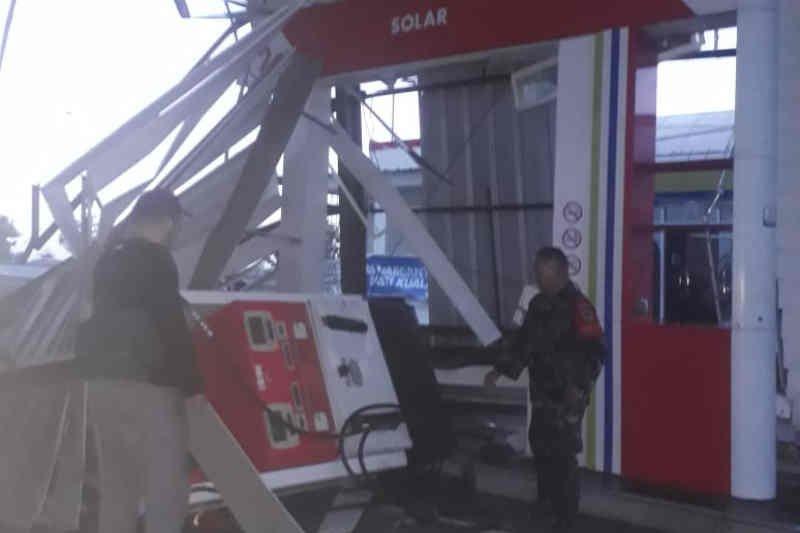 Angin kencang robohkan kanopi SPBU 'rest area' KM 166A Cipali