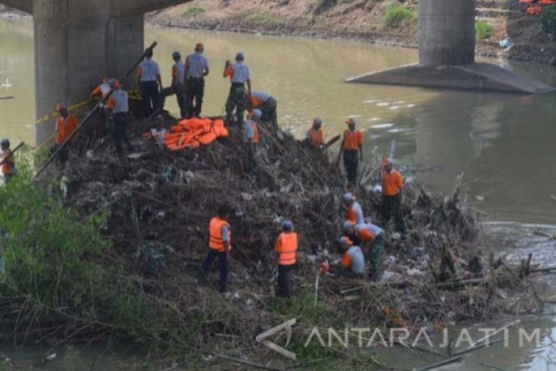 BPBD Magetan bersihkan sungai antisipasi bencana banjir