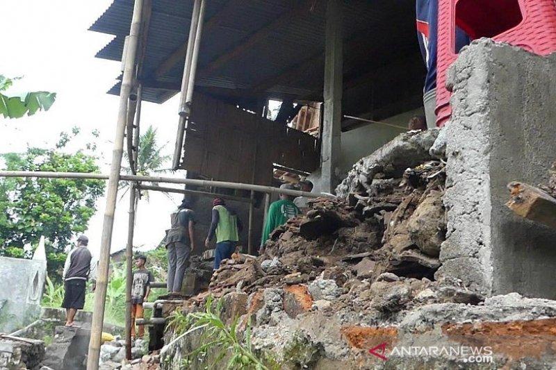 Tembok Ponpes  Anwarrut Tauhid Temanggung jebol diterjang banjir
