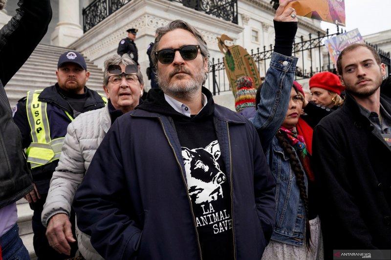 Joaquin Phoenix diamankan polisi setelah menangkan Golden Globe