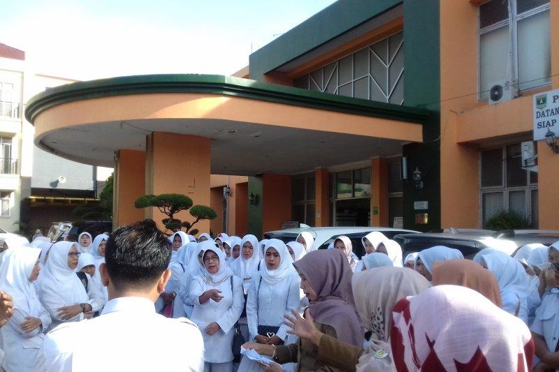 Ratusan bidan RSU M NatsirSolok Sumbar tuntut transparansi keuangan