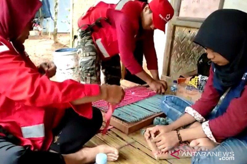 PMI latih korban banjir Lebak membuat keset dari pakaian bekas
