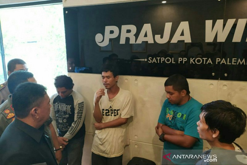 Satpol PP Palembang  amankan sopir buang sampah ke Sungai Musi