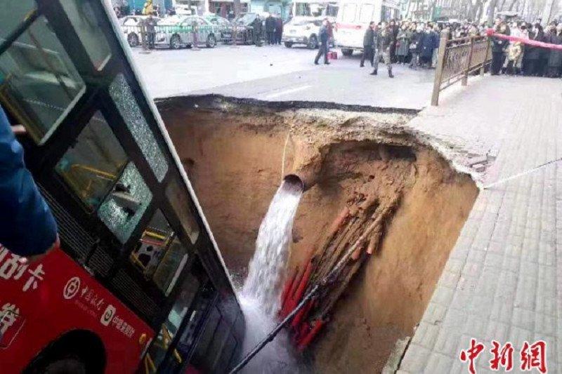 Enam tewas dan 10 orang hilang akibat jalan amblas di Qinghai China