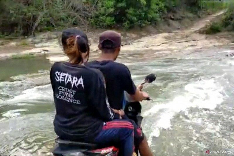 Warga tiga desa di Cianjur terisolir akibat jembatan putus