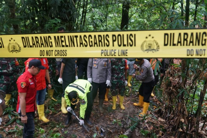 Polres Bogor beri garis polisi puluhan lubang penambangan emas ilegal