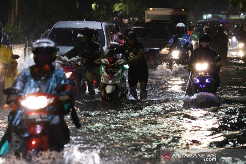 Banjir Surabaya akibat proyek pekerjaan saluran air yang belum tuntas