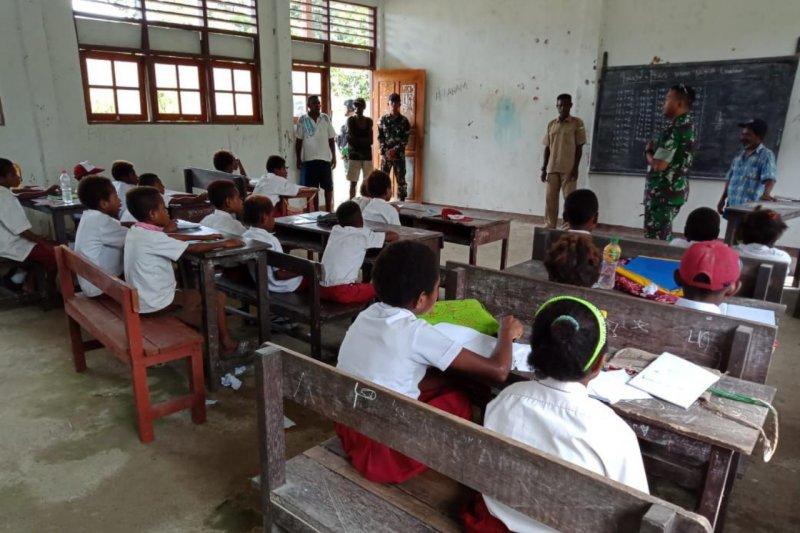 Danyonif 509/Kostrad bantu mengajar di SD perbatasan RI-PNG