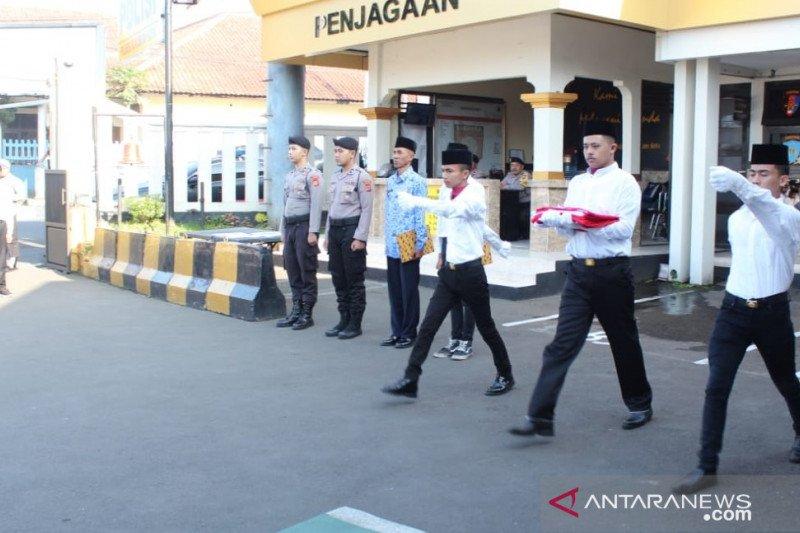 Mantan anggota geng motor ditugasi menjadi pengibar bendera di Mapolres Sukabumi