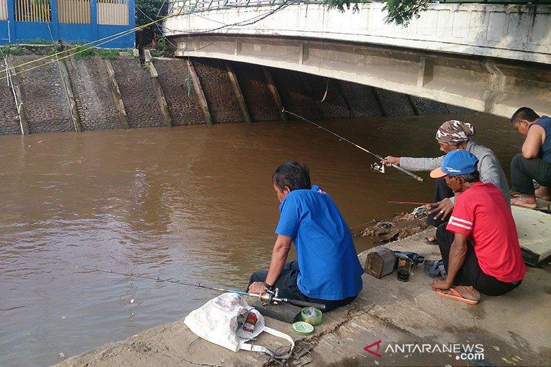 Pintu Air Manggarai juga jadi tempat mancing ikan gratis