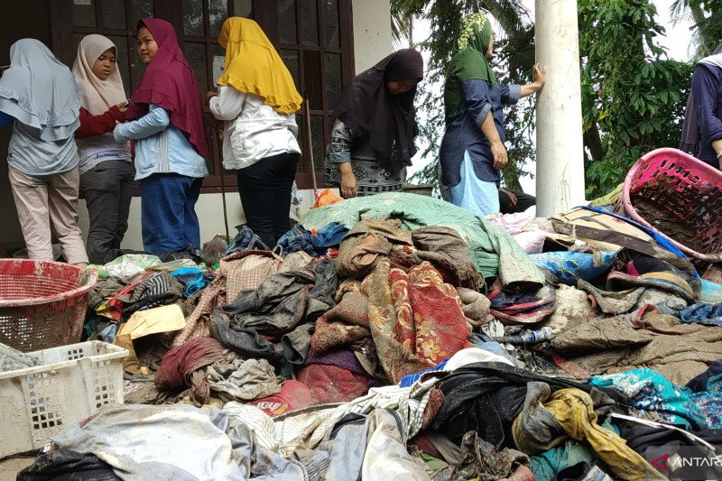 Korban banjir bandang Malalo Tanah Datar butuh pakaian dan selimut