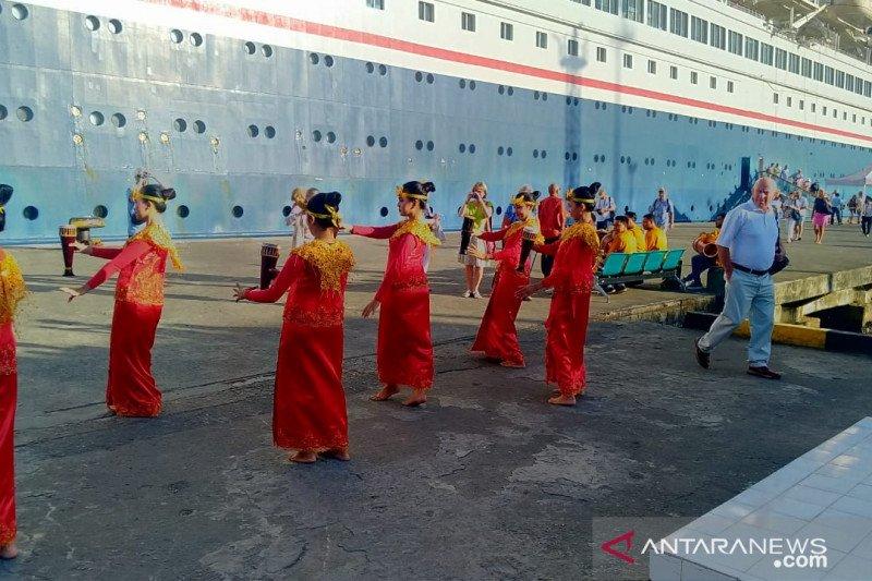 Kapal pesiar MV Boudicca Bahamas berlabuh di Ambon