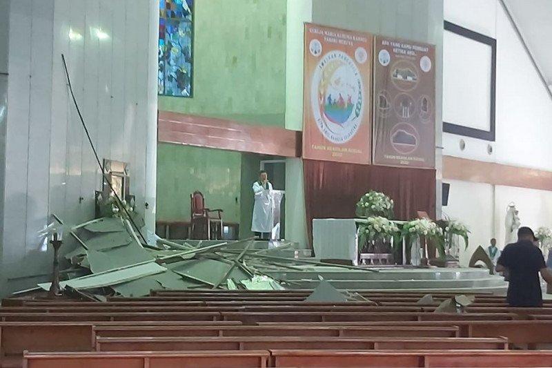 Plafon Gereja MKK Meruya ambruk, sejumlah jemaat tertimpa