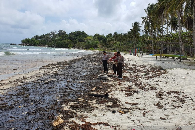 Kapal asing sengaja buang limbah minyak hitam di perairan Pulau Bintan