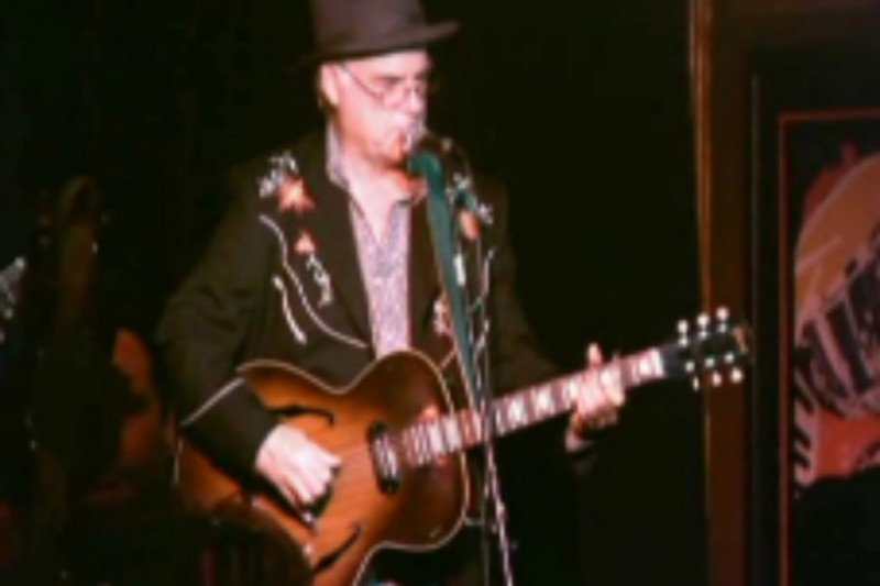 Penyanyi David Olney meninggal saat bernyanyi di panggung
