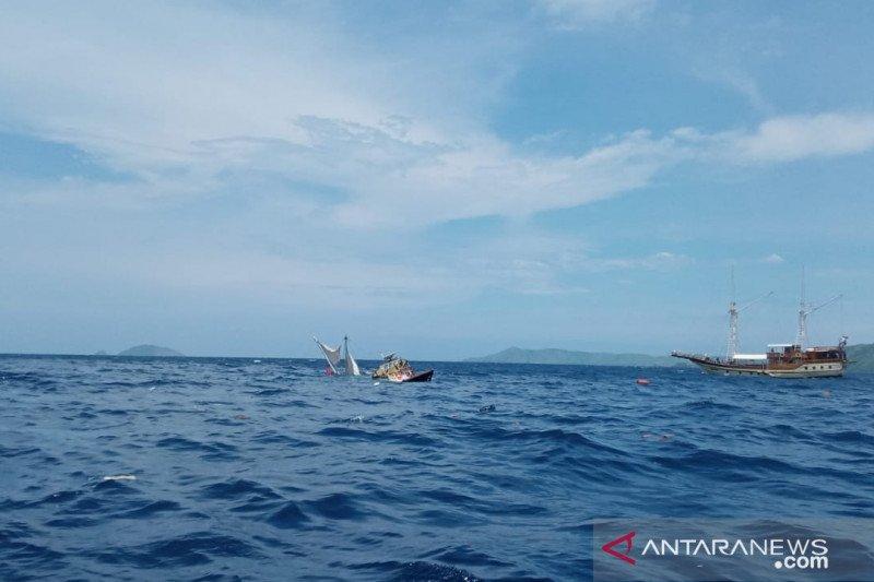Kapal wartawan peliput Presiden terbalik dihantam ombak, penumpang selamat