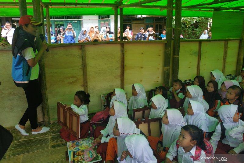 Anak-anak terdampak banjir di Lebak terima bantuan seragam sekolah