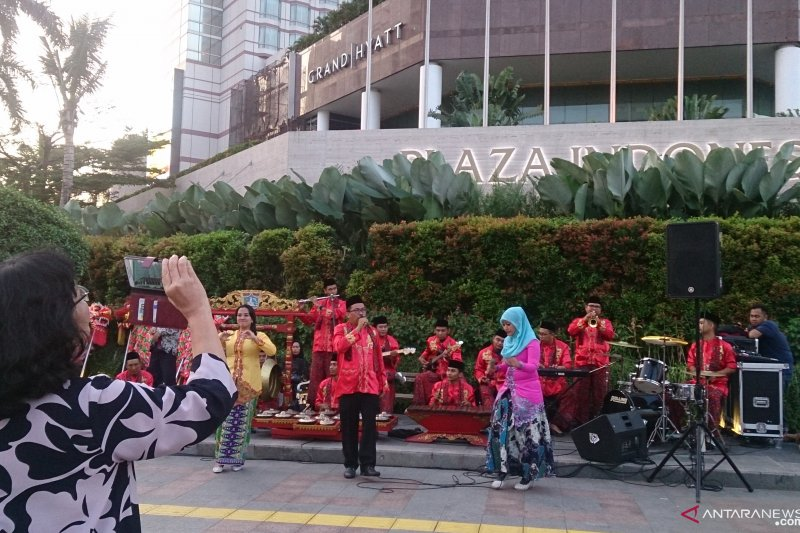 Imlek, Dragon dan Ondel-ondel hibur warga di depan Grand Hyatt