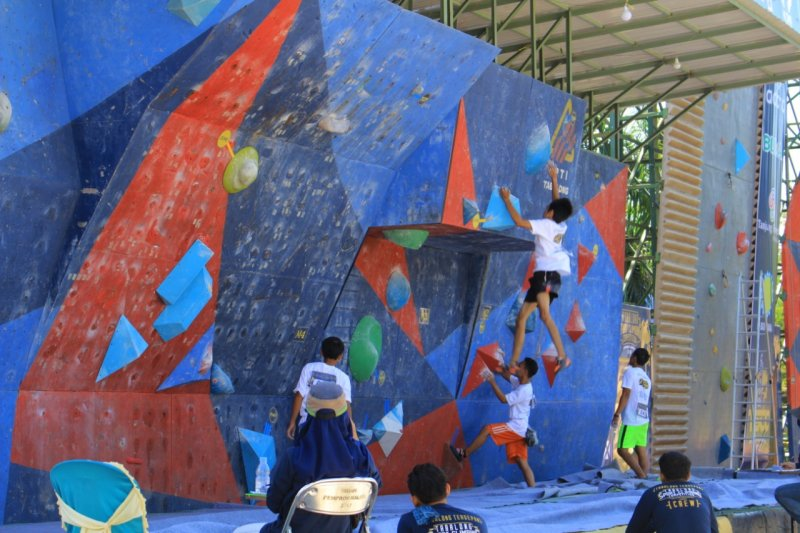 Hundred of athletes compete in Kalimantan rock climbing in Tabalong