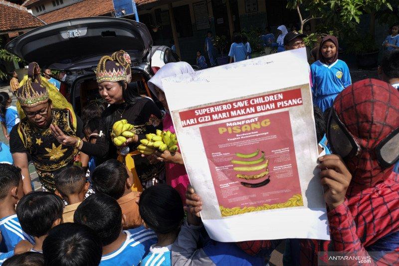 Peringati Hari Gizi Nasional, relawan bagikan pisang gratis