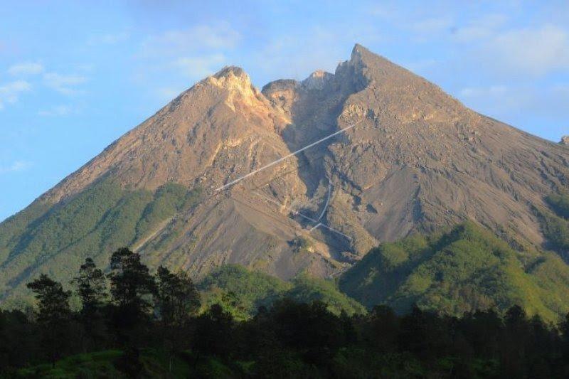 Gunung Merapi tiga kali gempa guguran pada Sabtu