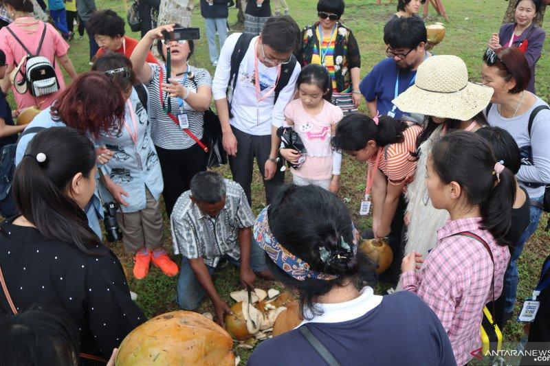 Wisatawan China berebut kelapa muda di STIB Pariaman (Video)