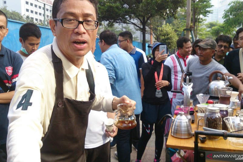 Calon Wakil Gubernur DKI Nurmansjah Lubis pamer kebolehan racik kopi nusantara di CFD Sudirman