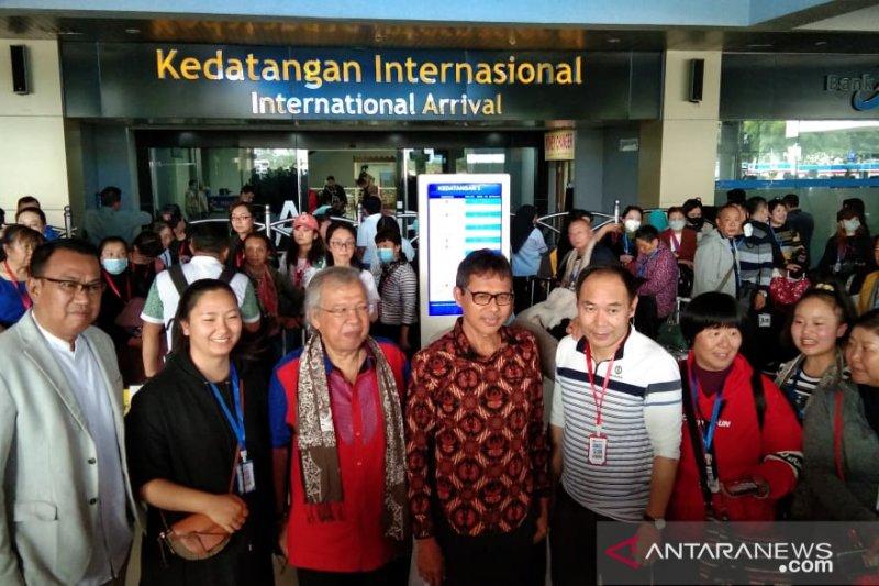 Gubernur Sumbar sambut langsung kedatangan 174 turis dari Kunming China di Bandara Minangkabau