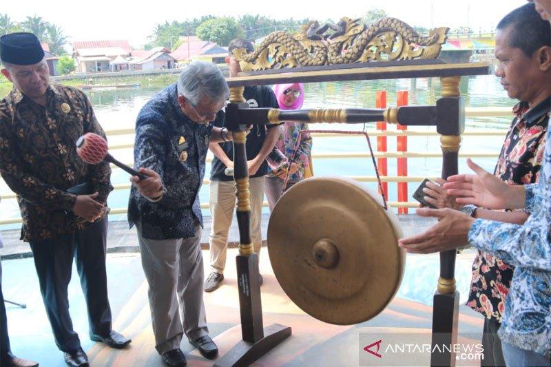 Bupati Lutim resmikan pujasera di tepi sungai Kota Malili